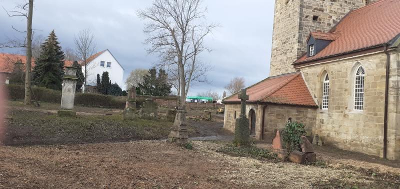 Der Kirchgarten ist leer